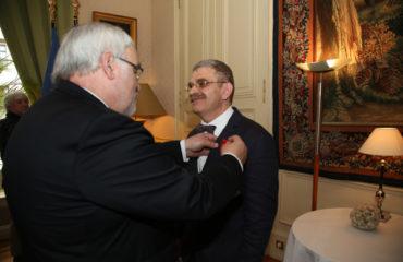 Jean-Marc Todeschini remet les insignes.