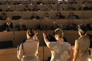 Gisèle Giraudeau saluée par la troupe de théâtre ety le public au Conseil régional des Pays-de-la-Loire le 4 décembre 2014, au sortir de la pièce de théâtre