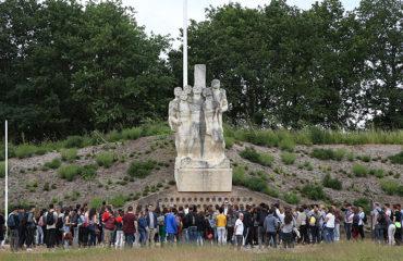 230 jeunes devant le monument.