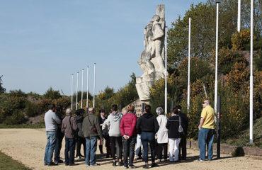 Un groupe devant le monument dans la Carrière.